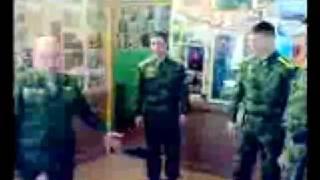 Смотреть онлайн Пьяный командир учит солдатов защищать девушку