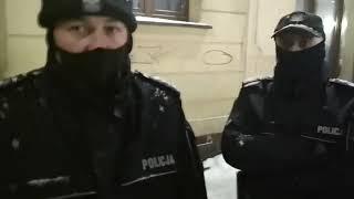TTV Milicjant ( a nawet dowódca) uspakajany przez negocjatora chce wylegitymować Mareckiego. Wrocław.
