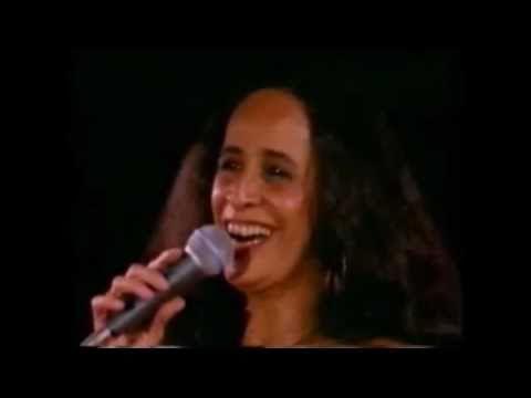 "Maria Bethânia interpretando ""Ronda"""
