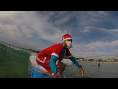 Hundreds of Santas surf in Australia