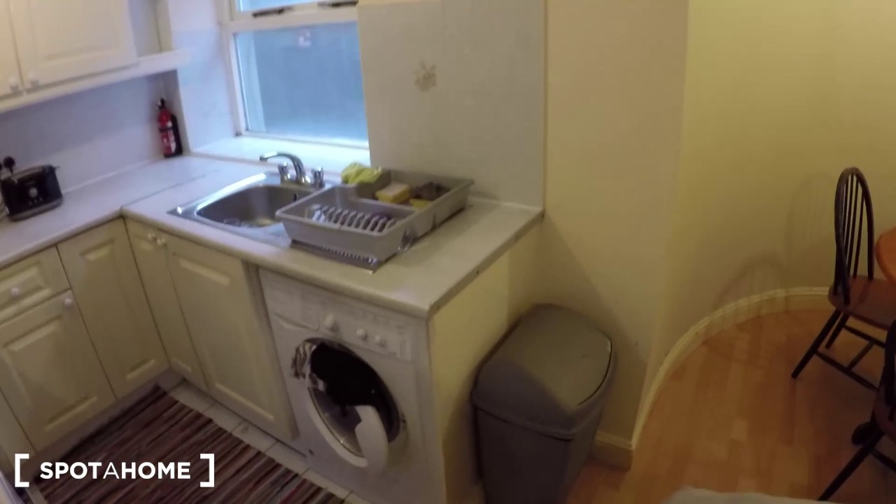 Beds available to rent in charming flat with dryer in Broadstone area