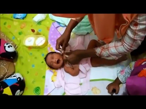 Video Video cara memakaikan pakaian bayi baru lahir