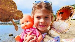 Oyuncak Bebek Ile Plajda Deniz Kabukları Topluyoruz