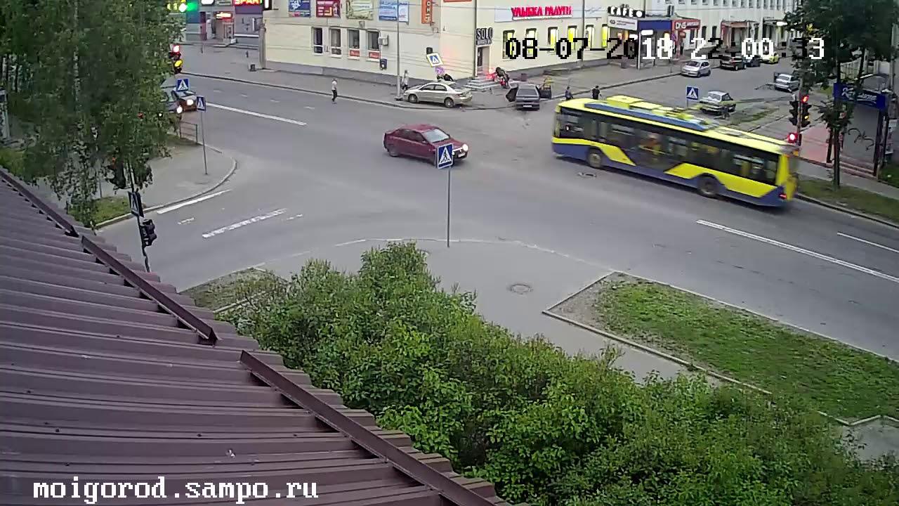 Оба автомобиля после столкновения вылетели на тротуар в Петрозаводске
