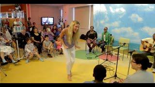 """Joss Stone sings """"Super Duper Love"""" @ Lurie Children's Hospital"""