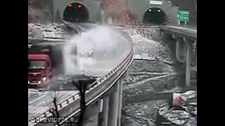 雨の走行で車が次々スリップ!