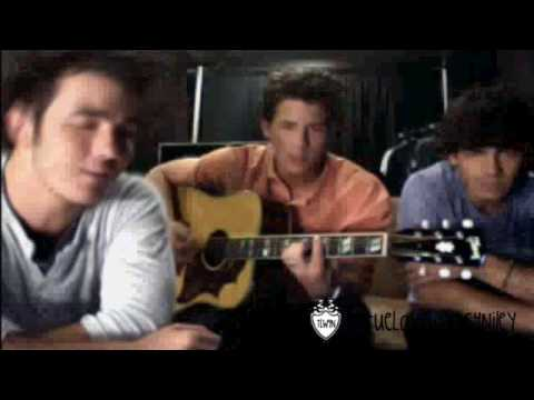 Nick and Kevin Jonas Sing 7:05