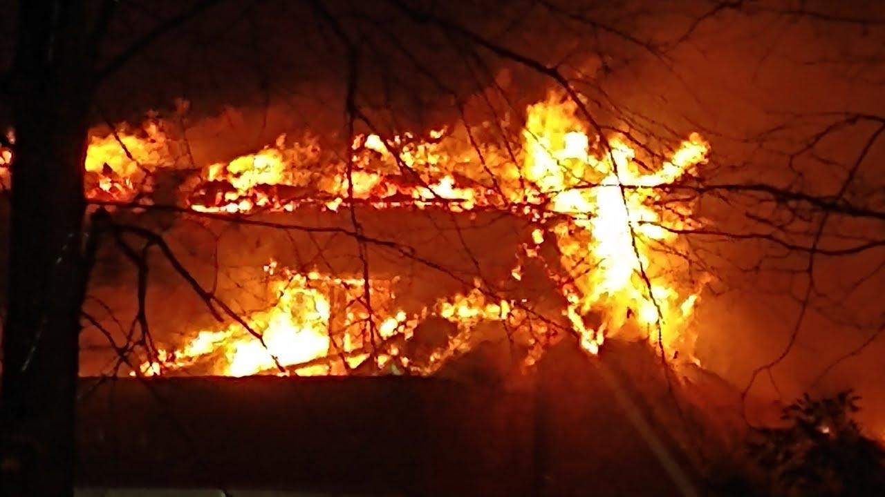 hulpdiensten met spoed naar zéér grote brand in Bussum + beelden TP