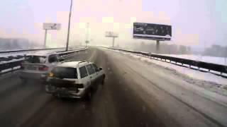 Смотреть онлайн Кроссовер не уступил дорогу грузовику на главной