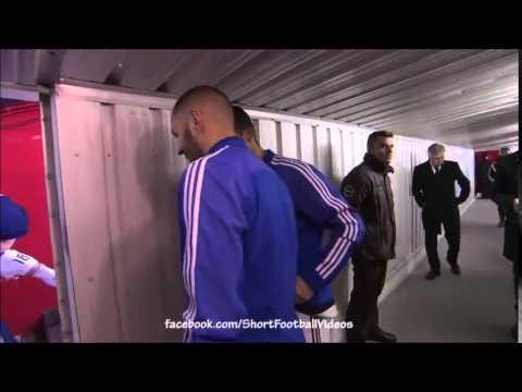 Ronaldo tránh né ống kính phóng viên