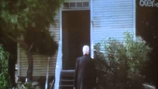 Le révérend Alden fait sonner la cloche de l'église (VO)