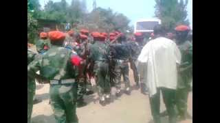 preview picture of video 'L'armée et les civils se rapprochent à Bweremana. (Goma RDC, le 31 mai 2013)'