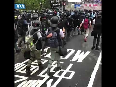 """香港警方向""""反送中""""示威者发射橡胶子弹催泪烟"""
