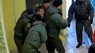 ЧОПовцы запинывают директора завода. Real video