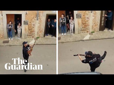 Ισπανία: Αστυνομικοί τραγουδούν σε κατοίκους που βρίσκονται σε καραντίνα