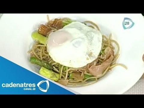 Receta para preparar pasta con espárragos, jamón serrano y huevo. Receta de pastas