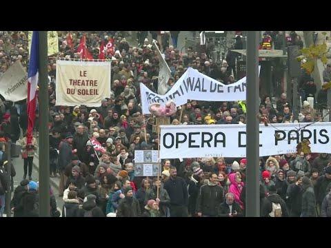 العرب اليوم - شاهد: إضراب واحتجاجات حاشدة ضد خطة إصلاح نظام التقاعد تشل حركة فرنسا