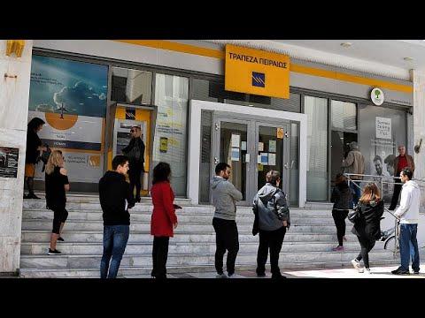 Ελλάδα: Ουρές έξω από τις τράπεζες, παρά τις απαγορεύσεις…