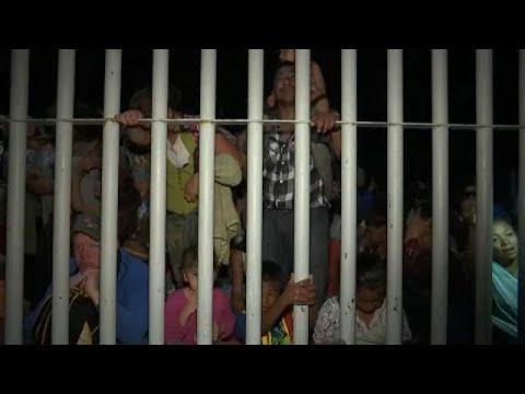 العرب اليوم - شاهد: وفود حاشدة من المهاجرين تقتحم الحواجز الحدودية بين غواتيمالا والمكسيك