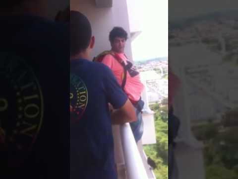 Прыжок с балкона в шлепках и на парашюте