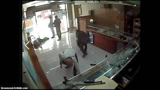 Смотреть онлайн Преступники убили охранника и ограбили магазин