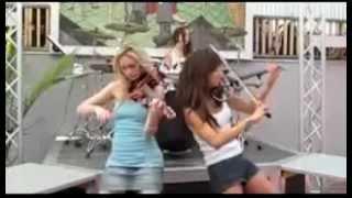 Девушки играют Toxicity на электро-скрипках и барабане
