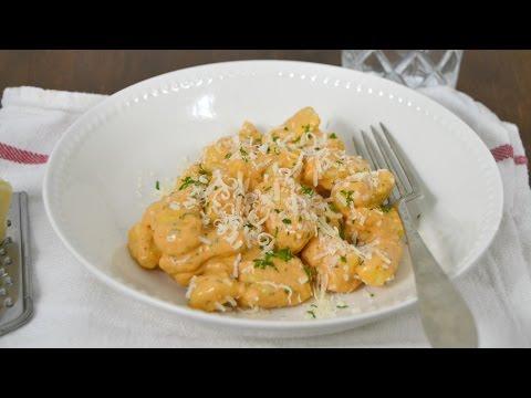 Ñoquis caseros con salsa de tomate y queso. ¡Fáciles y deliciosos!