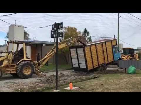 """Video. De """"Guatemala a Guatepeor"""", quisieron sacar un camión encajado en 4 y 501 y lo enterraron más"""