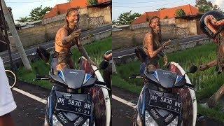 2 Bule Cantik Belepotan Usai Tercebur ke Sawah di Bali, Cengengesan saat Ditolong Warga