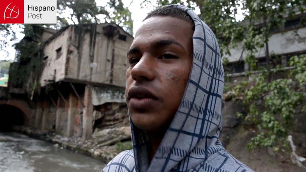 """Los """"garimpeiros"""" de Caracas buscan oro sumergidos en aguas negras"""