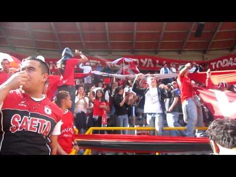 """""""La llegada de Disturbio Rojo Bogota La banda del rojo ya llego"""" Barra: Disturbio Rojo Bogotá • Club: América de Cáli"""