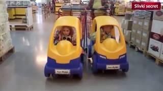 Андрюша и Алена едут на машинках по супермаркету