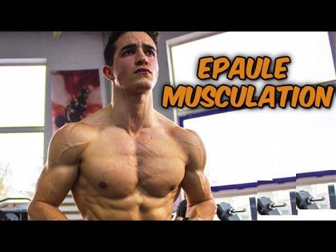 Nous balançons les muscles pectoraux dans les conditions domestiques par la barre