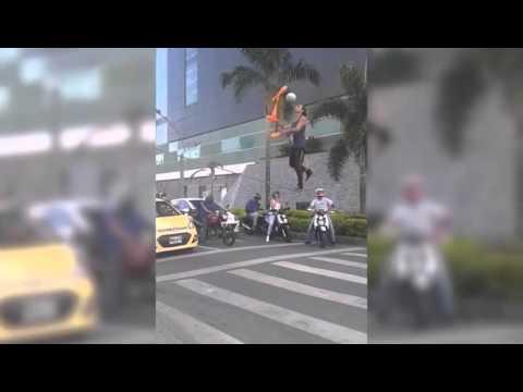 Increíble actuación en un semáforo