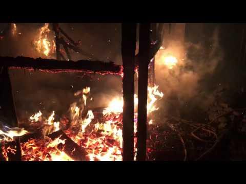 Hasiči likvidovali požár pergoly