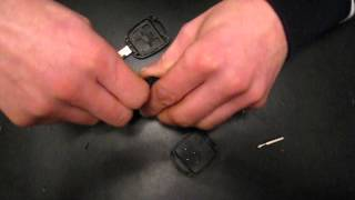 How to change the batteries in the key Toyota Avensis 2003-2008 years