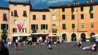 preview picture of video 'Drummers and flag wavers (procession of Santa Croce) on Piaza Anfiteatro in Lucca (Tuscany Italy)'