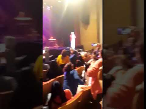 Sergio Denis cayó de un escenario durante un show en Tucumán y está muy grave