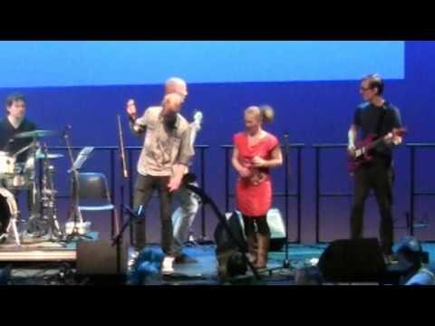 Zangeres Angelique Vlieger en gitarist Richard Riemersma bij jamsessie