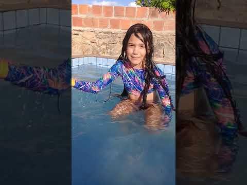 Brincando na piscina com minha prima - YouTube