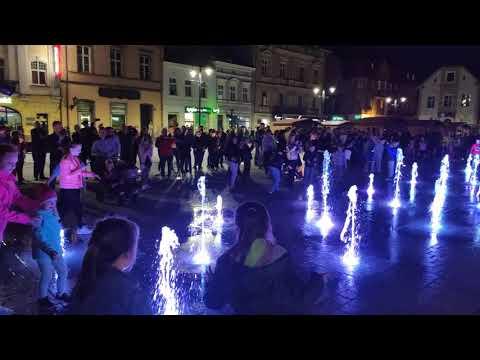 Wideo1: Uruchomienie fontanny na zrewitalizowanym rawickim rynku