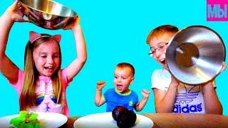 Челлендж Обычная еда против СТРАННОЙ Пробуем экзотические фрукты с мамой Девочки против Мальчиков