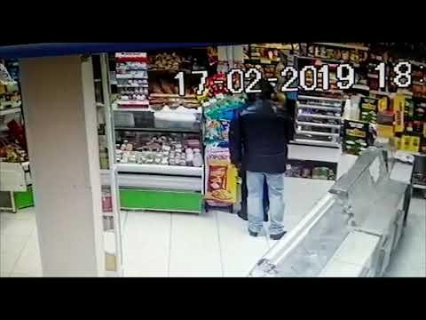В магазине засняли видео кражи кошелька из сумки покупательницы
