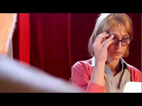 role de Carla, secretaire autoritaire, snob et frustrée