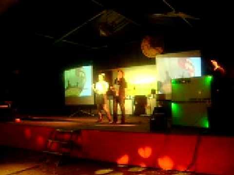 Marieke en Leonie aan het zingen tijdens karaoke in Velp NB
