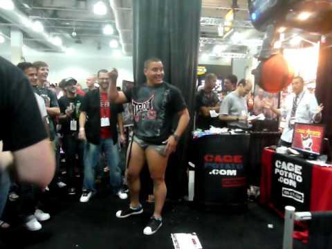High Kick de Pat Barry sur un Punching ball