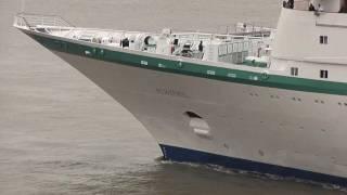 preview picture of video 'Dreifachanlauf der Phoenix Reisen Cruise Schiffe Bremerhaven 1.8.2011'