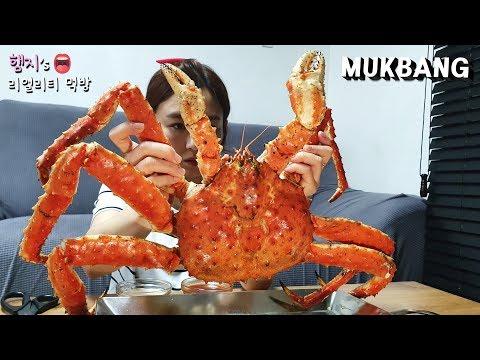 一個人嗑掉一隻帝王蟹