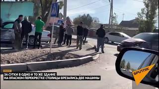 Легковушка врезалась в забор после ДТП на опасном перекрестке Бишкека. Видео