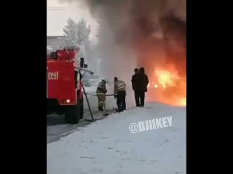 Видеофакт: В Якутии в ДТП сгорела автомашина